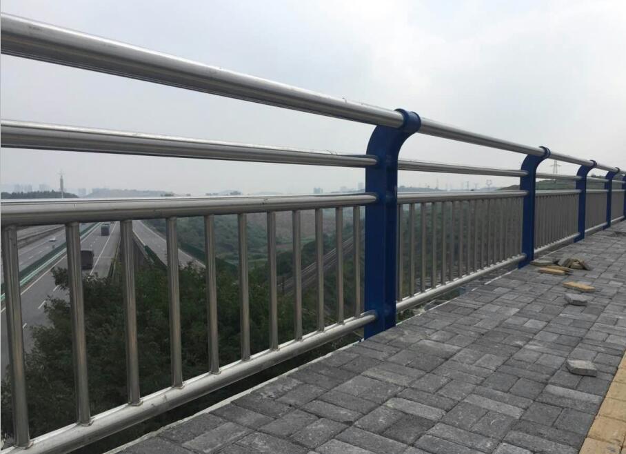 辽宁省朝阳不锈钢复合管公路隔段多少钱一米